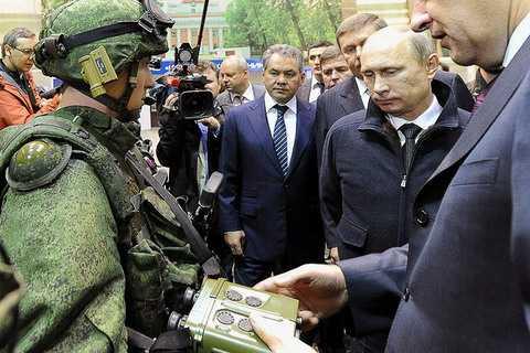 Путин осматривает перспективное снаряжене