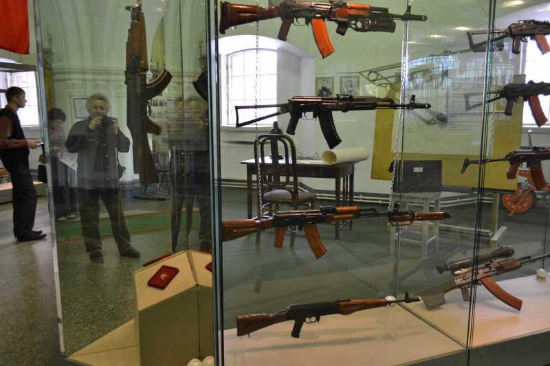 4)Дар Михаила Калашникова Артиллерийскому музею