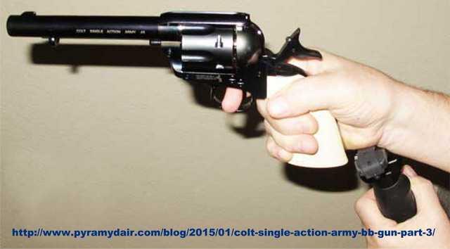 Удержание револьвера при тестовой стрельбе