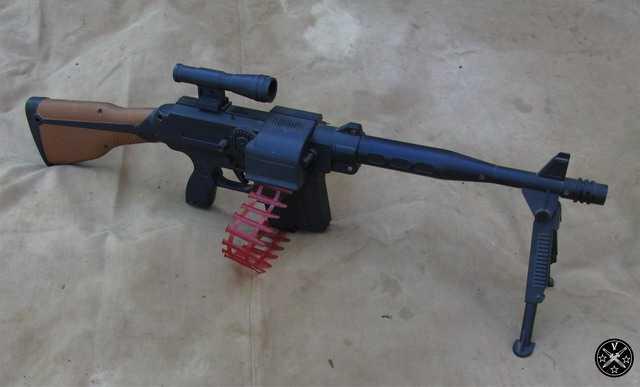 Игрушечный пулемет с лентой патронов