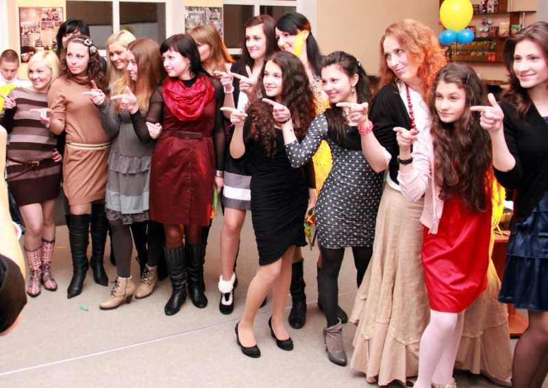 1)Женщинам поздравлентие с 8 марта