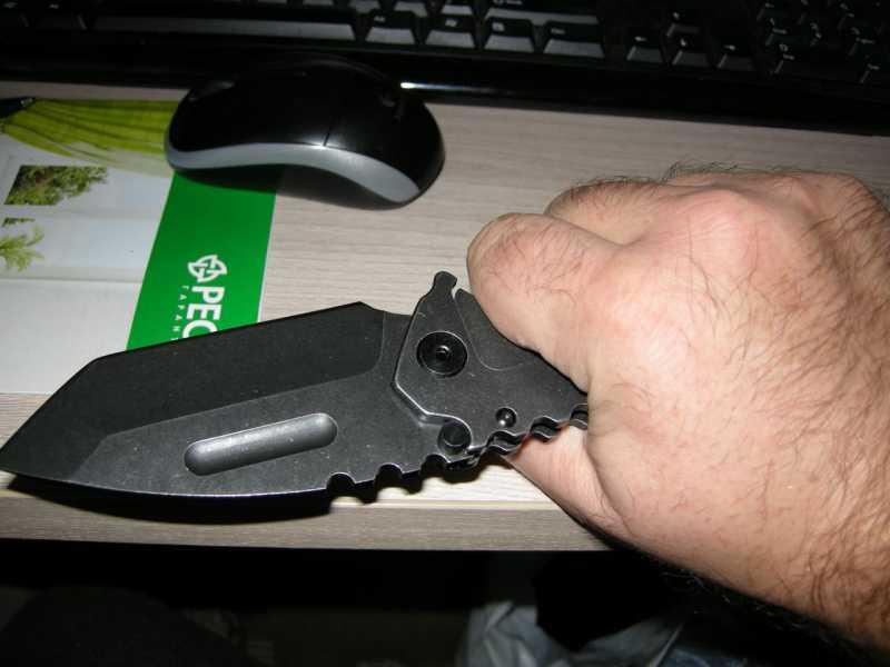 11) Топорик, ломик и складной ножик – три в одном.