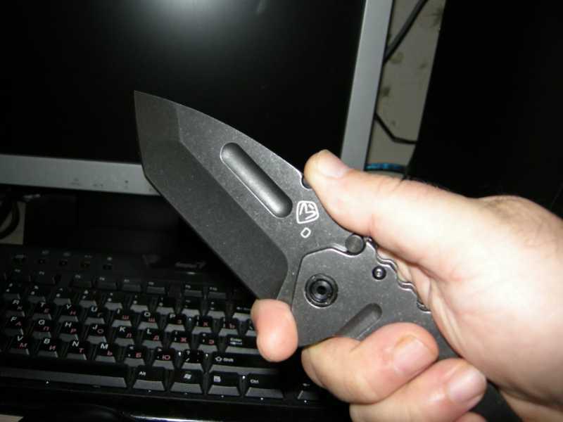3) Топорик, ломик и складной ножик – три в одном.