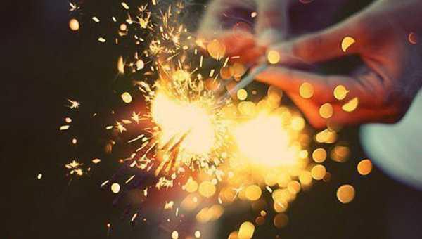1)Поздравляем с наступающими праздниками!