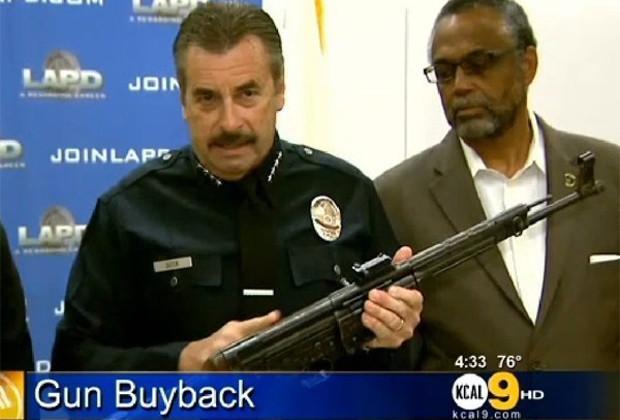 Полицейский демонстрирует выкупленный StG-44